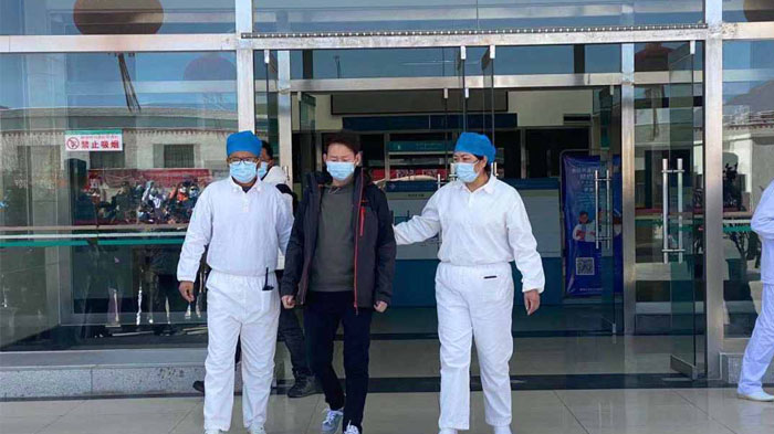 Accompanied by medical staff, Mr. Zhang was released from the hospital.
