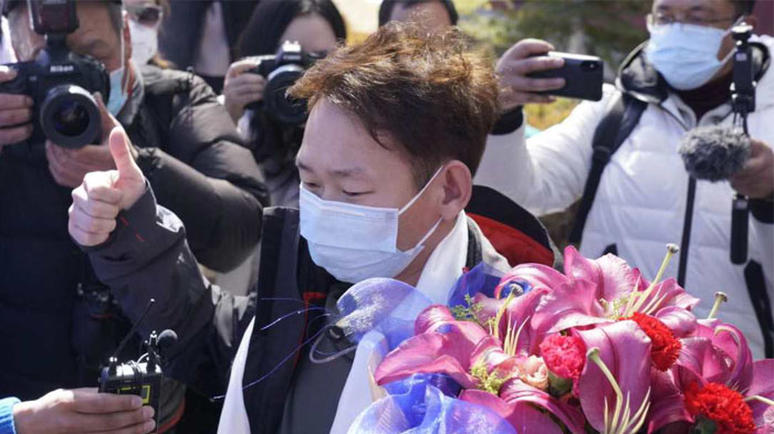 Mr. Zhang was greeted with a bouquet of flowers from the medical staff
