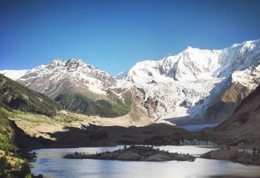 Midui Glacier, one of the six most beautiful glaciers in China, coexists with snow mountains, forests, lakes and Tibetan villages in harmony.