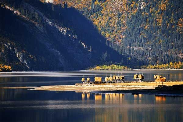 Enjoy the stunning sunrise of Ranwu Lake.