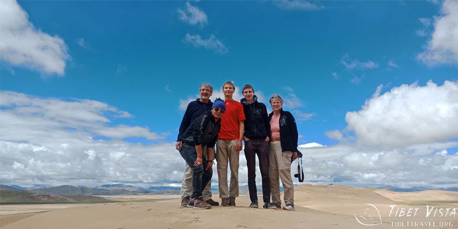 Climbing the crescent sand dune between Zhongba and Paryang