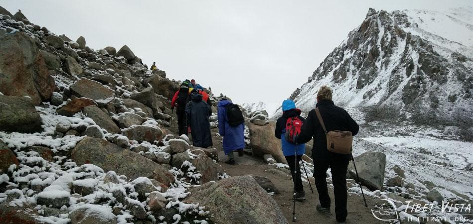 Hiking toward the Dolma-la Pass