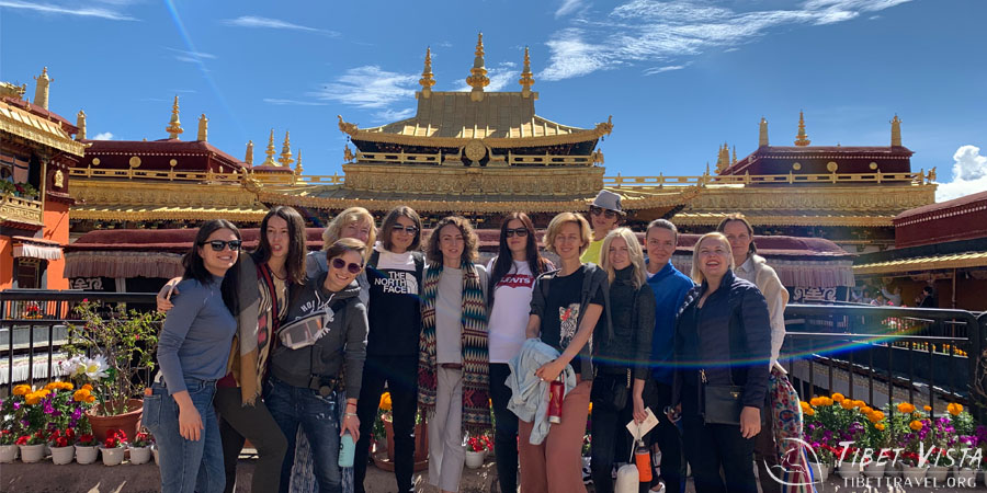 Touring around the Jokhang Temple in Lhasa