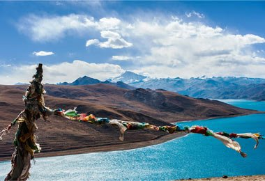 Enjoy the fascinating scenery of the holy Yamdrok Lake
